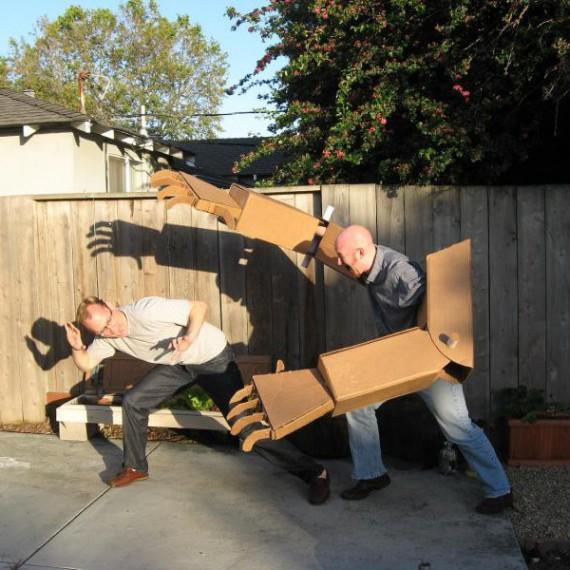 Bras de robot géants en carton